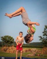 Dzieci na trampolinie